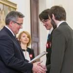 Prezydent RP wręcza nagrodę dla autorów gry, Łukasza Wrony i Piotra Krzystka